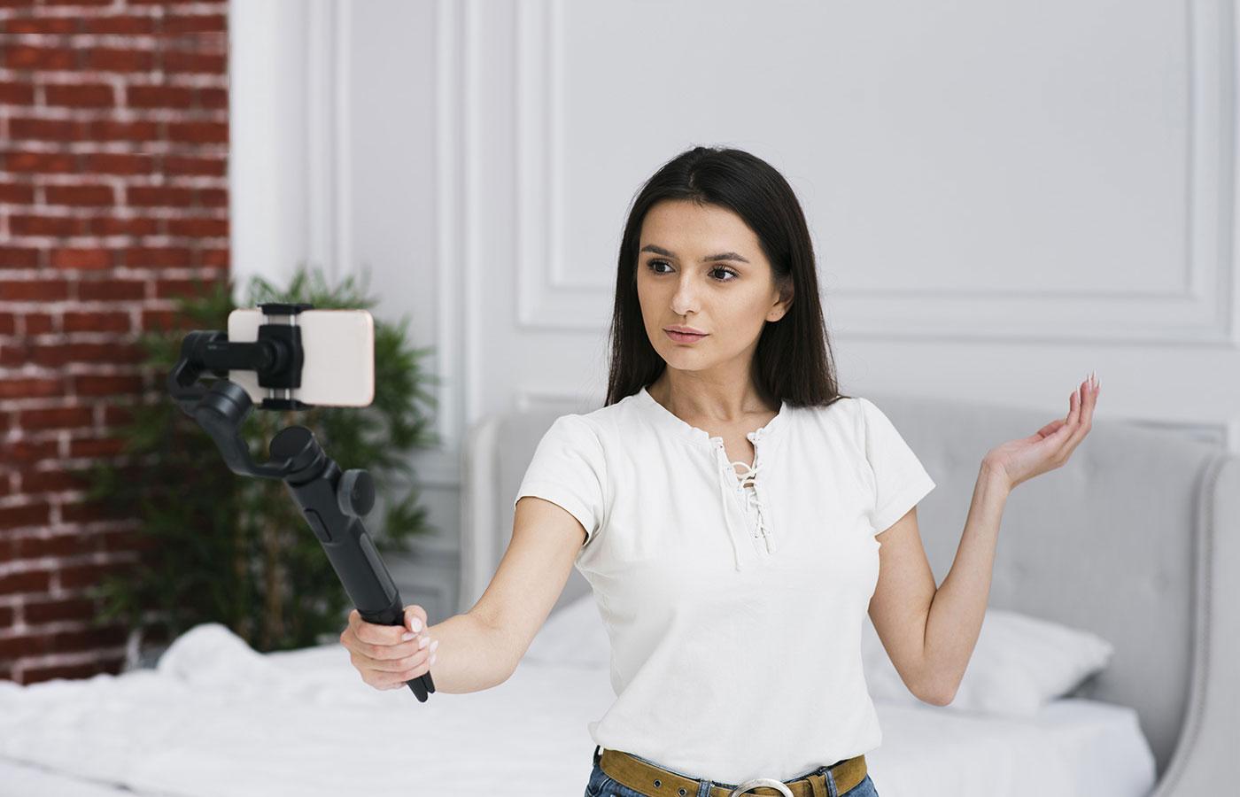 donna che registra con telefono